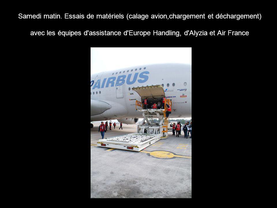 Samedi matin. Essais de matériels (calage avion,chargement et déchargement) avec les équipes d'assistance d'Europe Handling, d'Alyzia et Air France