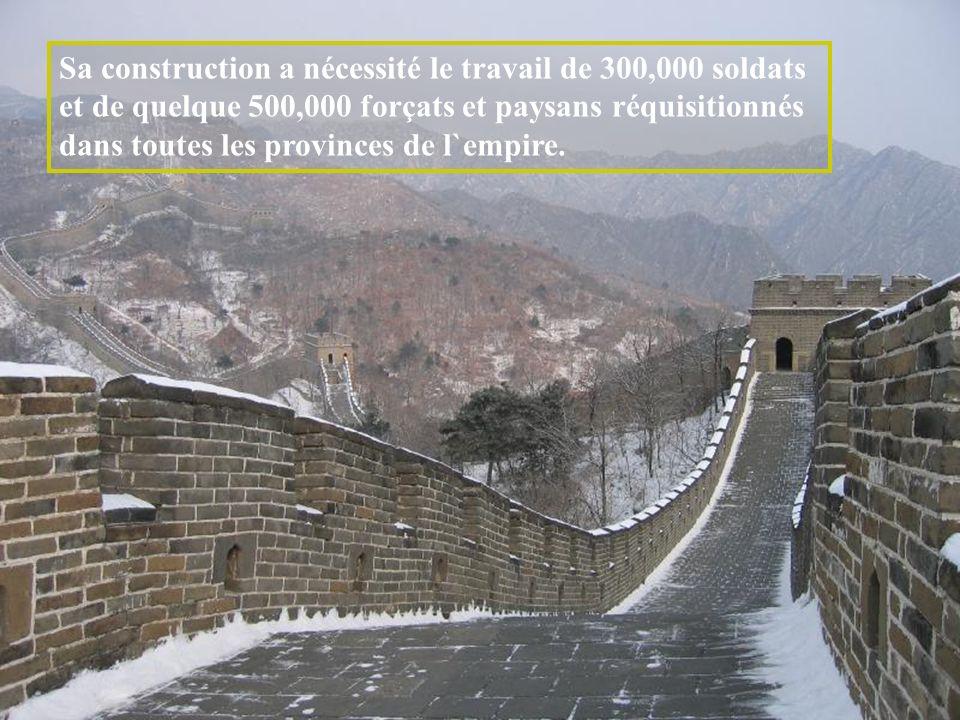 Les murs de la muraille qui s`élèvent jusqu`à 8 mètres de haut et qui font 6 à 7 mètres d`épaisseur, sont garnis de créneaux, ce qui n`a pas empêché l