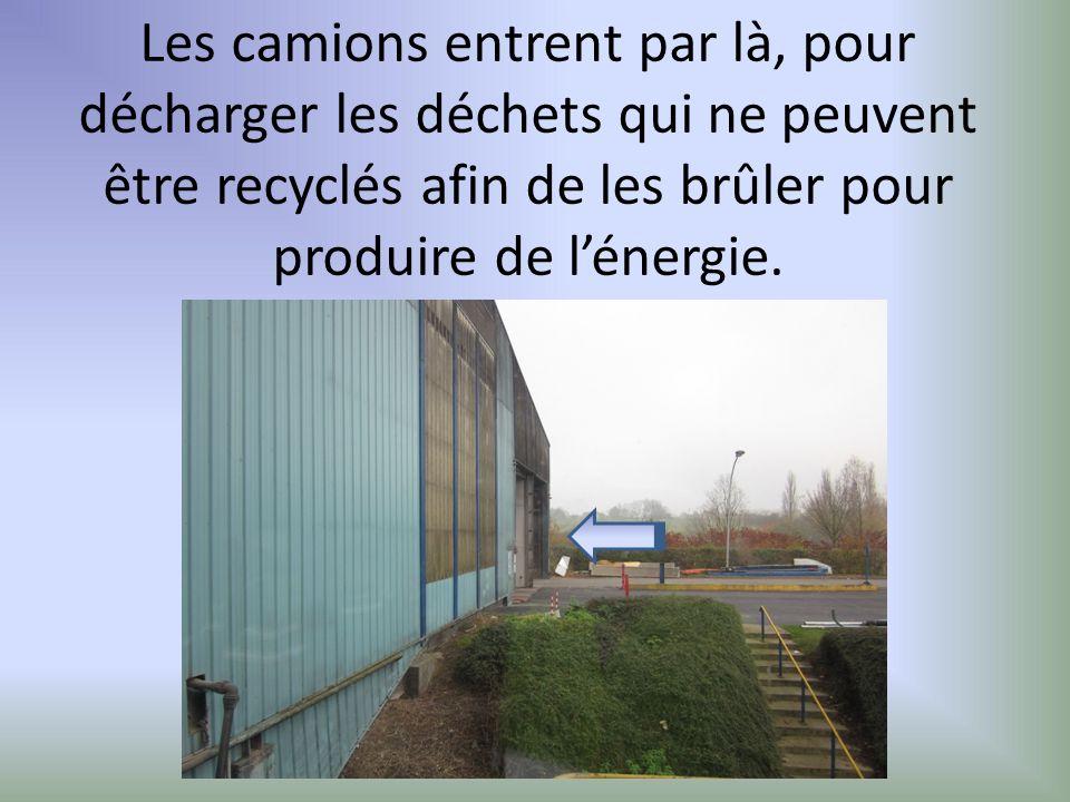 Les camions entrent par là, pour décharger les déchets qui ne peuvent être recyclés afin de les brûler pour produire de lénergie.
