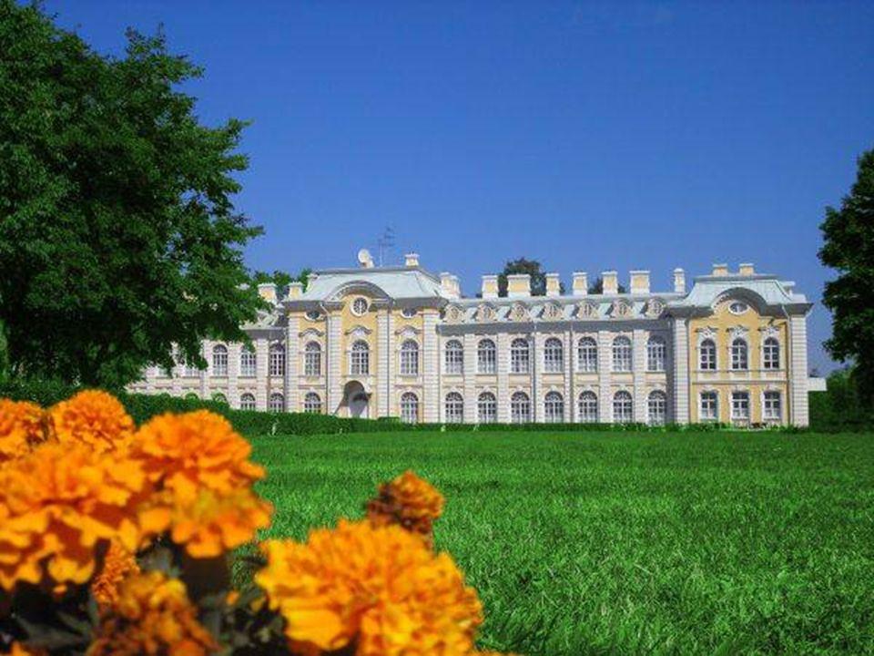 Placé à 30 kilomètres du centre de Saint-Pétersbourg, Peterhof est l'un des ensembles des palais et des parcs les plus raffinés et élégants du monde.
