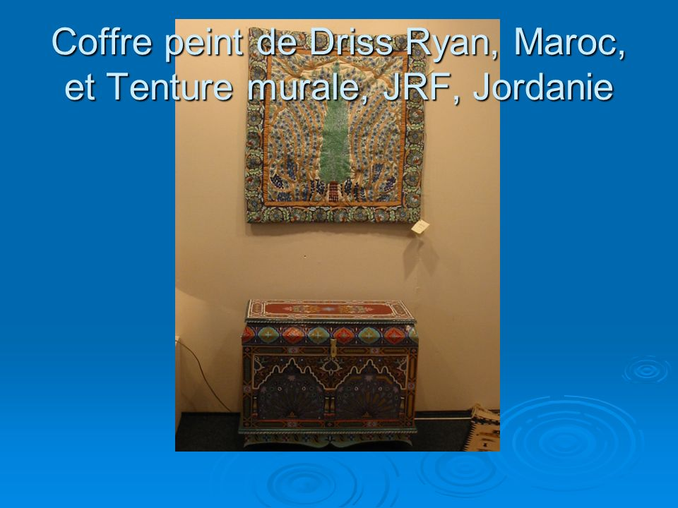 Coffre peint de Driss Ryan, Maroc, et Tenture murale, JRF, Jordanie