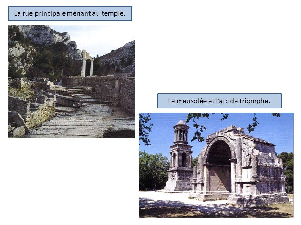 La rue principale menant au temple. Le mausolée et larc de triomphe.