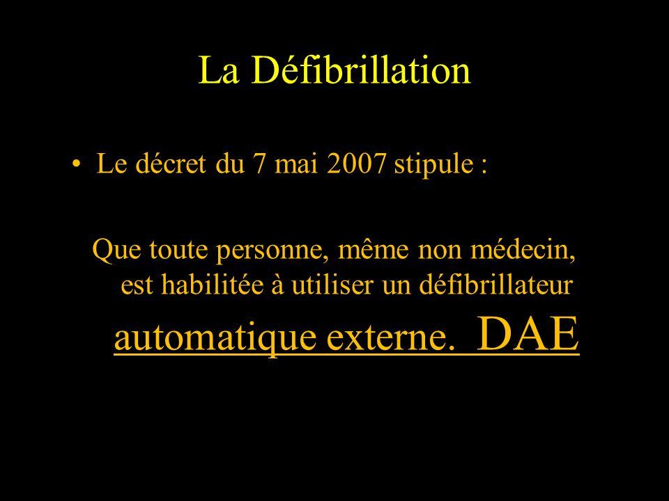 La Défibrillation Le décret du 7 mai 2007 stipule : Que toute personne, même non médecin, est habilitée à utiliser un défibrillateur automatique exter