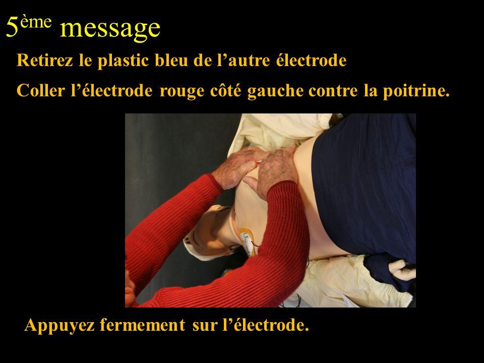 5 ème message Retirez le plastic bleu de lautre électrode Coller lélectrode rouge côté gauche contre la poitrine. Appuyez fermement sur lélectrode.