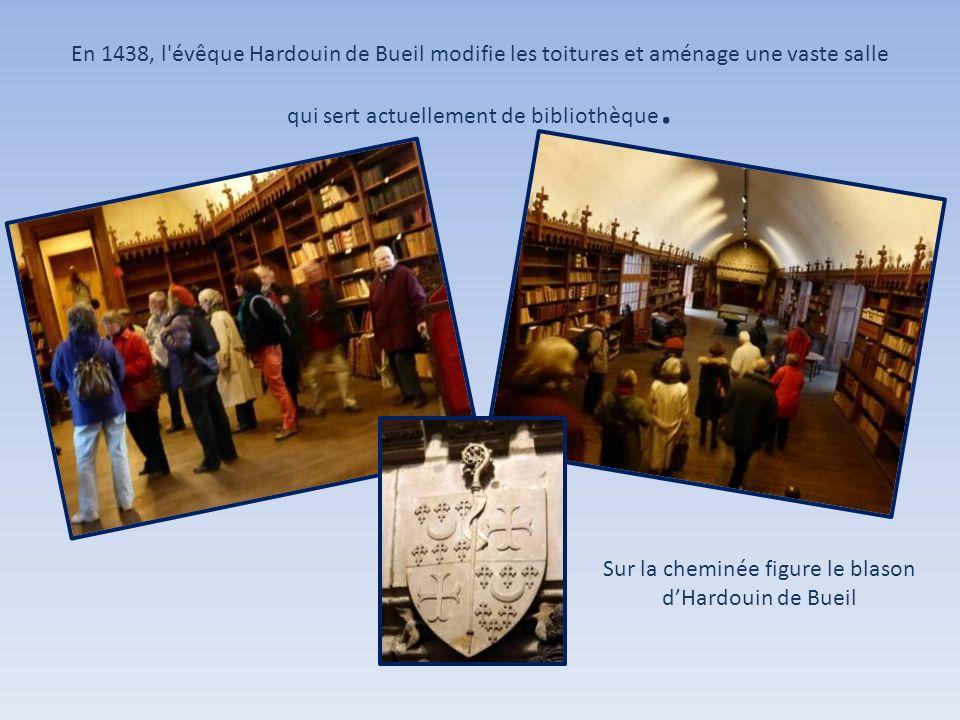 En 1438, l'évêque Hardouin de Bueil modifie les toitures et aménage une vaste salle qui sert actuellement de bibliothèque. Sur la cheminée figure le b