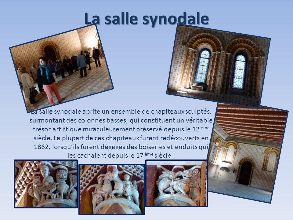 La salle synodale La salle synodale abrite un ensemble de chapiteaux sculptés, surmontant des colonnes basses, qui constituent un véritable trésor art