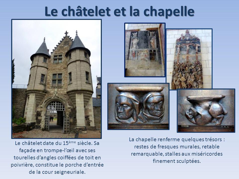 Le châtelet et la chapelle Le châtelet date du 15 ème siècle. Sa façade en trompe-lœil avec ses tourelles dangles coiffées de toit en poivrière, const