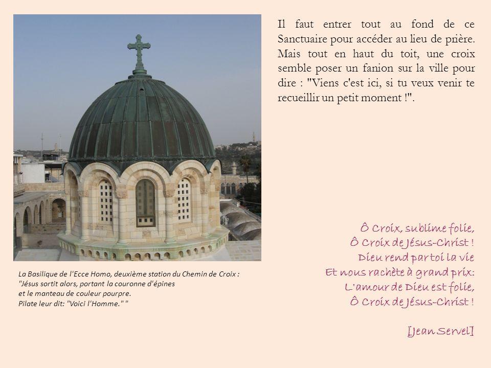 Il faut entrer tout au fond de ce Sanctuaire pour accéder au lieu de prière. Mais tout en haut du toit, une croix semble poser un fanion sur la ville