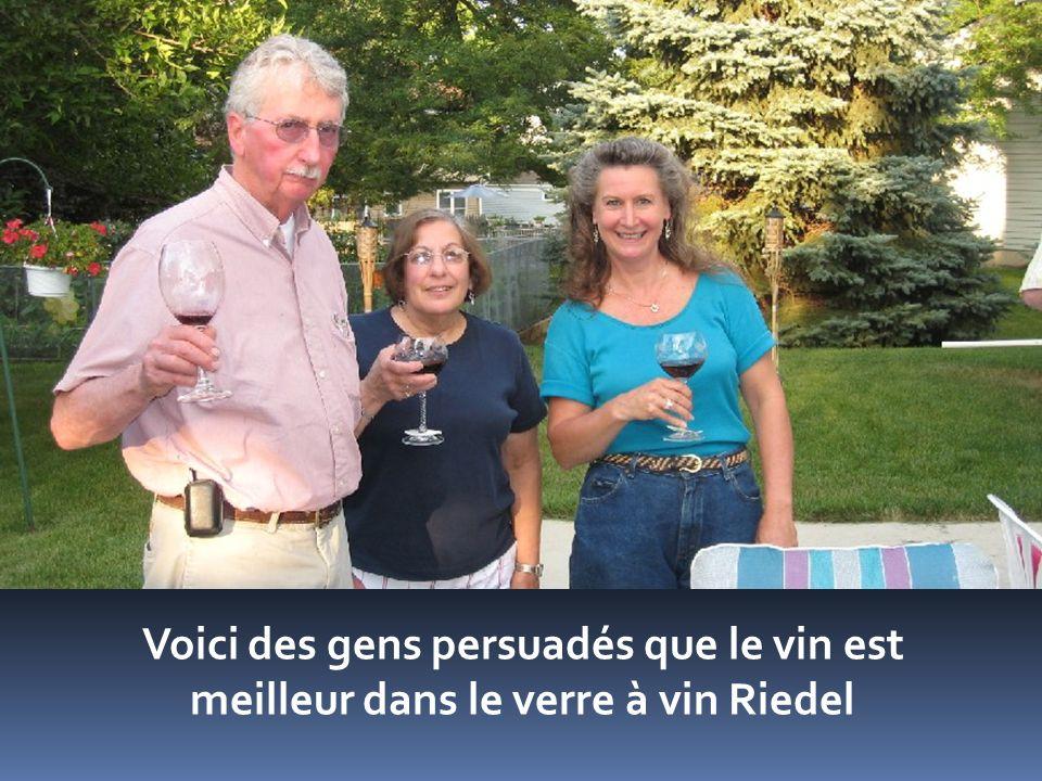 Voici des gens persuadés que le vin est meilleur dans le verre à vin Riedel
