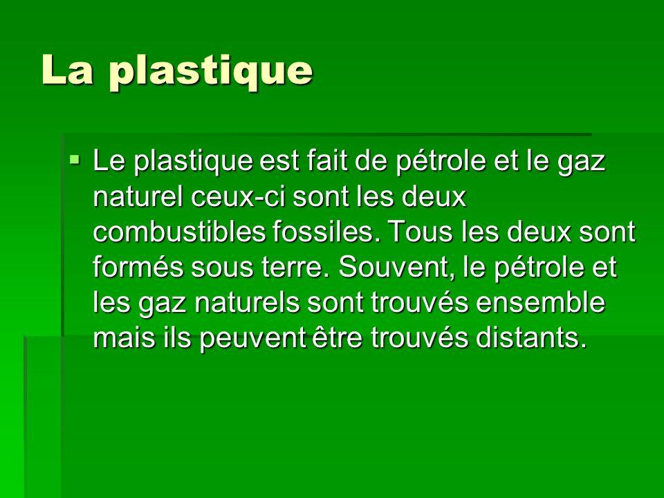 La plastique Le plastique est fait de pétrole et le gaz naturel ceux-ci sont les deux combustibles fossiles. Tous les deux sont formés sous terre. Sou