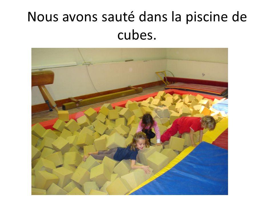 Nous avons sauté dans la piscine de cubes.