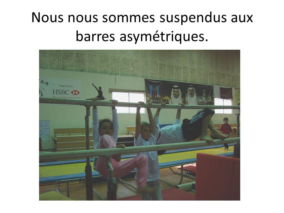 Nous nous sommes suspendus aux barres asymétriques.
