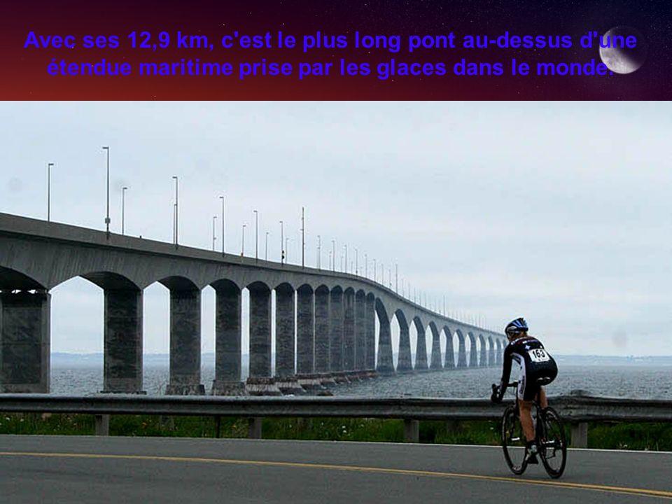Avec ses 12,9 km, c'est le plus long pont au-dessus d'une étendue maritime prise par les glaces dans le monde.