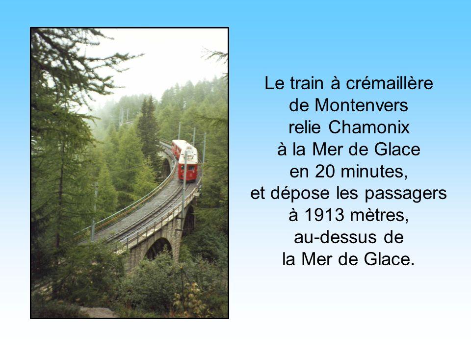 Le train à crémaillère de Montenvers relie Chamonix à la Mer de Glace en 20 minutes, et dépose les passagers à 1913 mètres, au-dessus de la Mer de Glace.