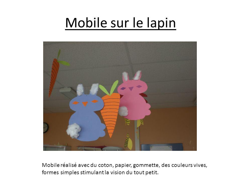 Mobile sur le lapin Mobile réalisé avec du coton, papier, gommette, des couleurs vives, formes simples stimulant la vision du tout petit.