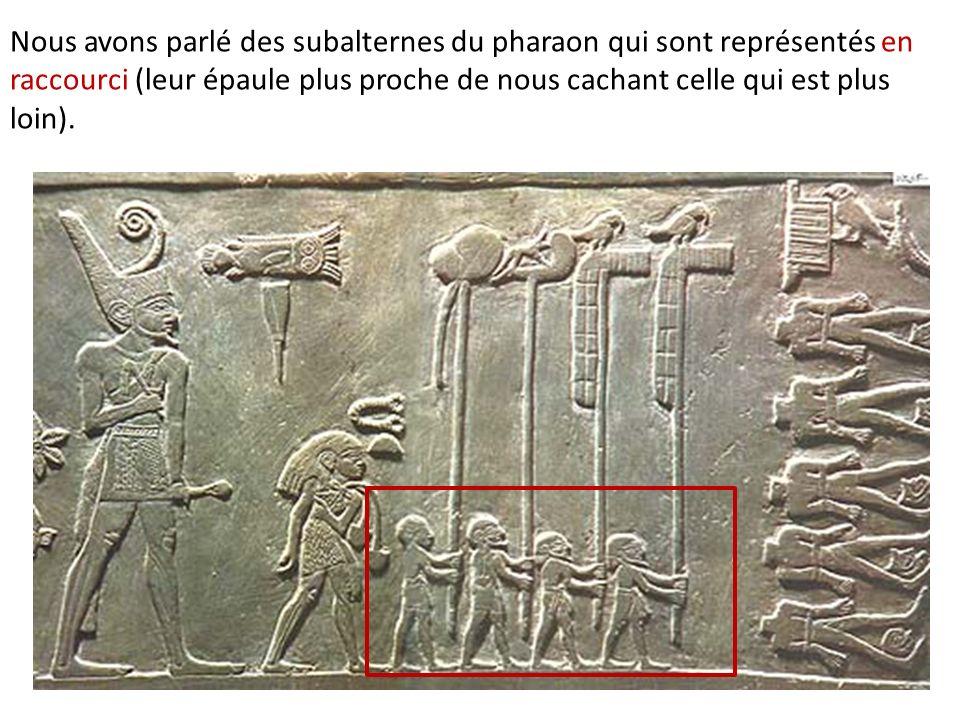 Nous avons parlé des subalternes du pharaon qui sont représentés en raccourci (leur épaule plus proche de nous cachant celle qui est plus loin).