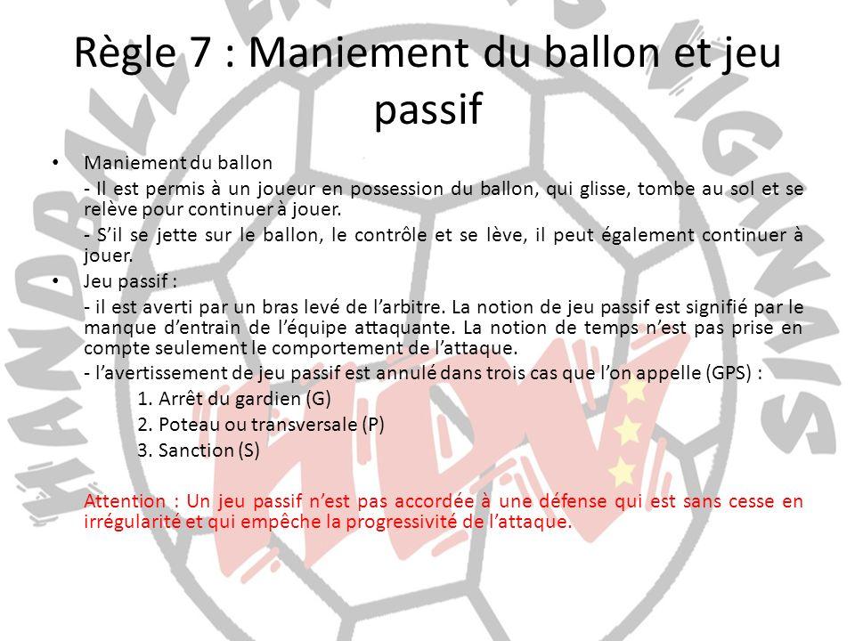 Règle 7 : Maniement du ballon et jeu passif Maniement du ballon - Il est permis à un joueur en possession du ballon, qui glisse, tombe au sol et se re