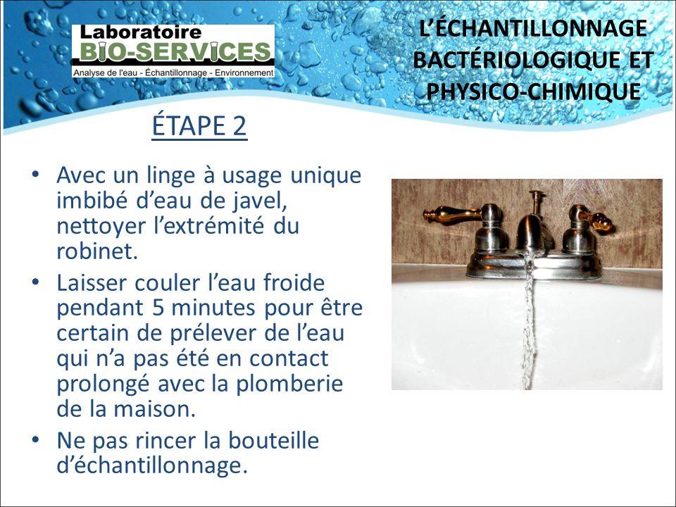 LÉCHANTILLONNAGE BACTÉRIOLOGIQUE ET PHYSICO-CHIMIQUE ÉTAPE 2 Avec un linge à usage unique imbibé deau de javel, nettoyer lextrémité du robinet. Laisse
