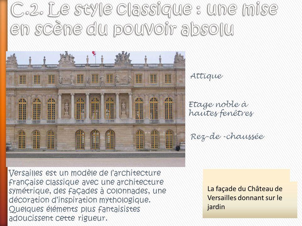 Attique Etage noble à hautes fenêtres Rez-de -chaussée Versailles est un modèle de larchitecture française classique avec une architecture symétrique,