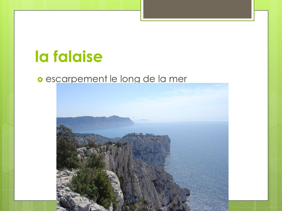 la falaise escarpement le long de la mer