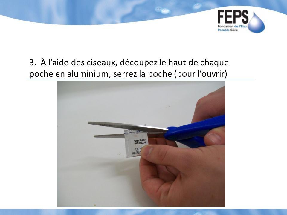 3. À laide des ciseaux, découpez le haut de chaque poche en aluminium, serrez la poche (pour louvrir)