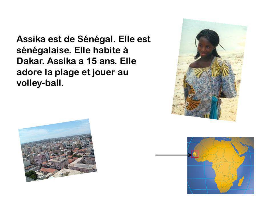Assika est de Sénégal. Elle est sénégalaise. Elle habite à Dakar. Assika a 15 ans. Elle adore la plage et jouer au volley-ball.