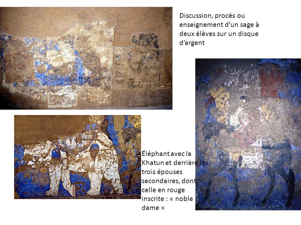 Discussion, procès ou enseignement dun sage à deux élèves sur un disque dargent Éléphant avec la Khatun et derrière les trois épouses secondaires, don