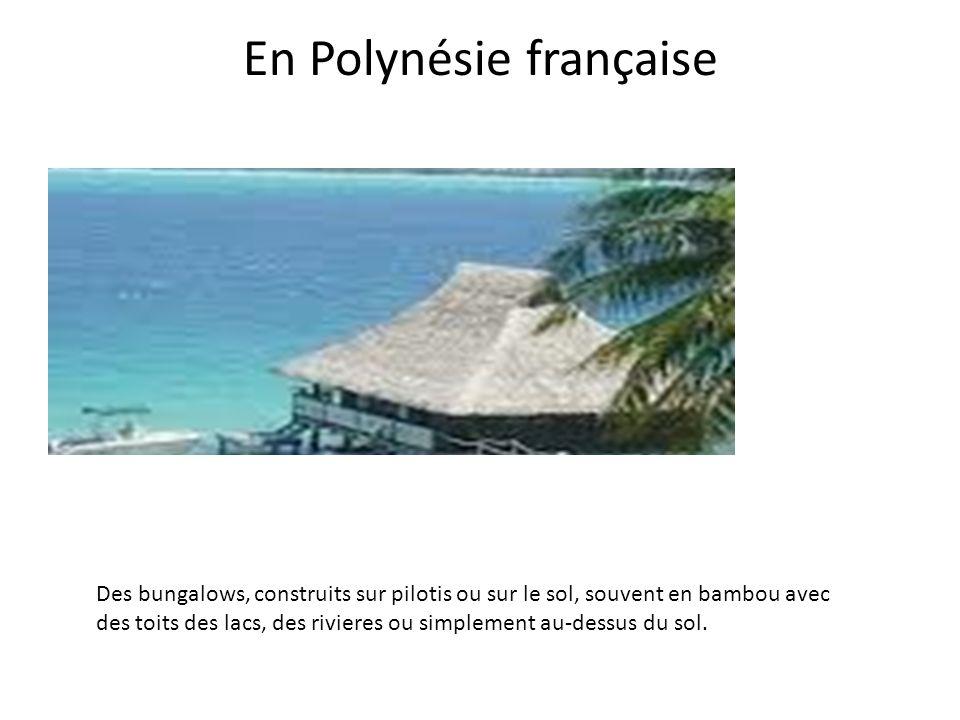 En Polynésie française Des bungalows, construits sur pilotis ou sur le sol, souvent en bambou avec des toits des lacs, des rivieres ou simplement au-d