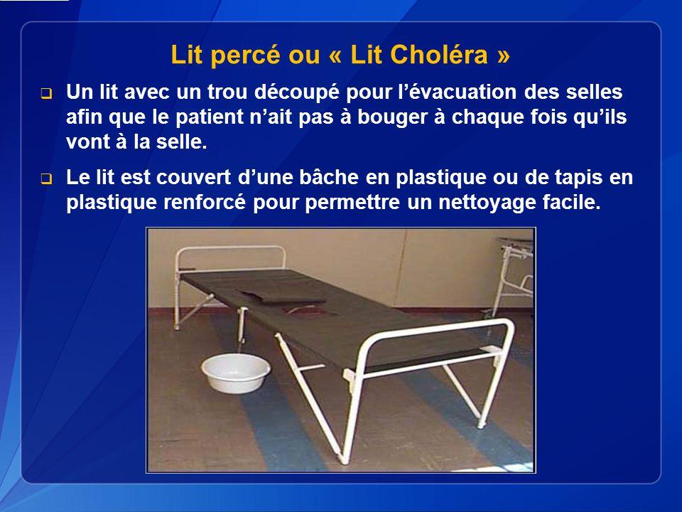 Lit percé ou « Lit Choléra » Un lit avec un trou découpé pour lévacuation des selles afin que le patient nait pas à bouger à chaque fois quils vont à la selle.