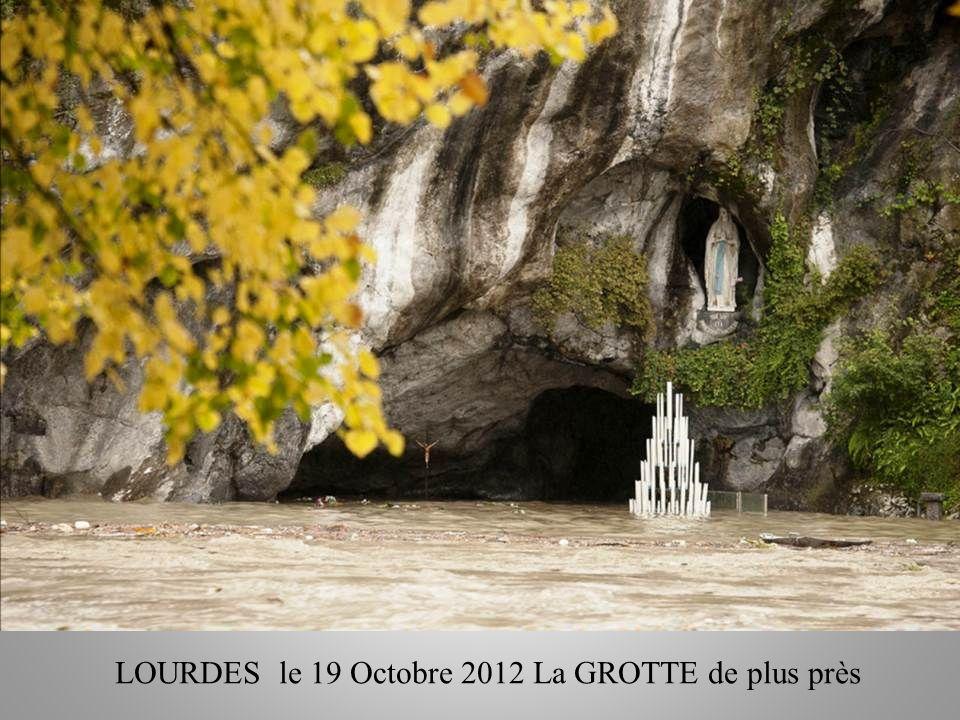 LAutel de la grotte a disparu sous leau, mais le Christ est toujours là.