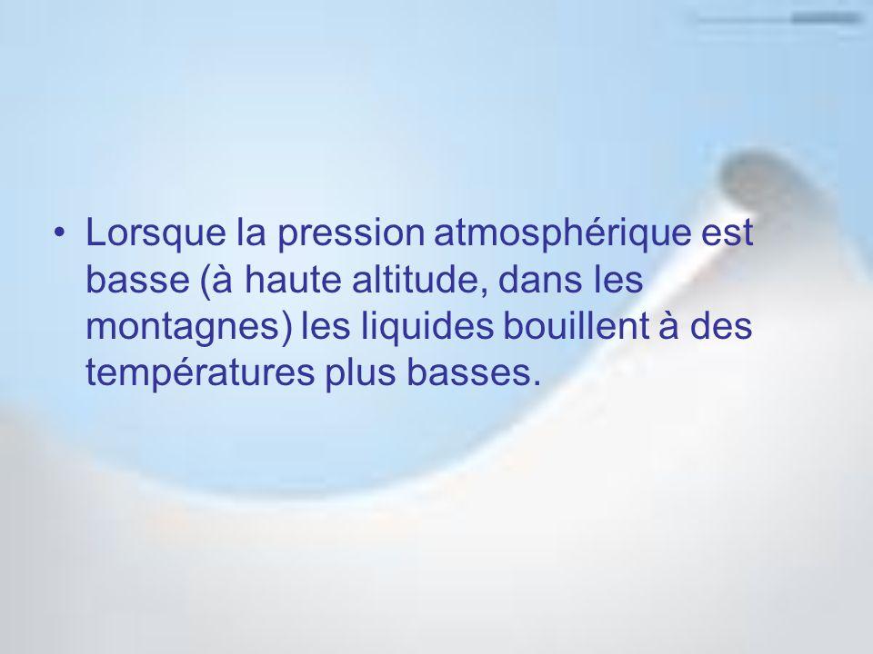 Lorsque la pression atmosphérique est basse (à haute altitude, dans les montagnes) les liquides bouillent à des températures plus basses.