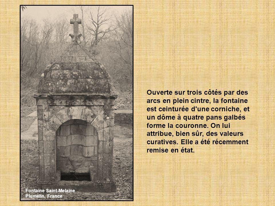 La fontaine de Saint Cado (Morbihan) avec croix celtique. (Saint Cado est un moine venu du Pays-de- Galle au VI siècle) L'eau de la fontaine aurait de