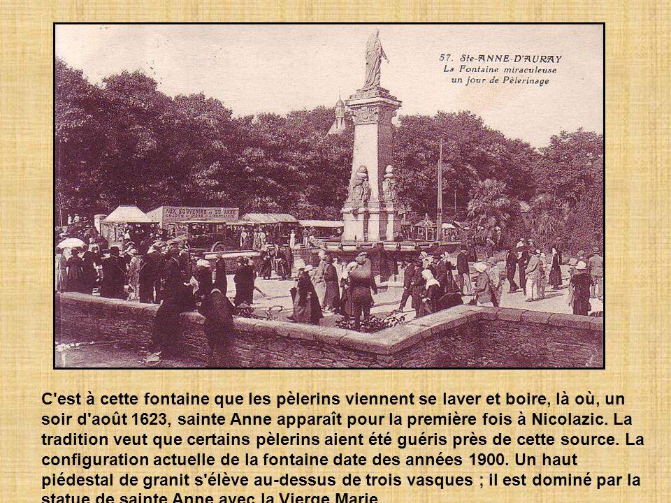 C est à cette fontaine que les pèlerins viennent se laver et boire, là où, un soir d août 1623, sainte Anne apparaît pour la première fois à Nicolazic.