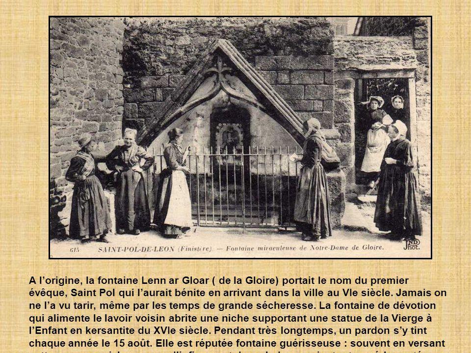 A lorigine, la fontaine Lenn ar Gloar ( de la Gloire) portait le nom du premier évêque, Saint Pol qui laurait bénite en arrivant dans la ville au VIe siècle.