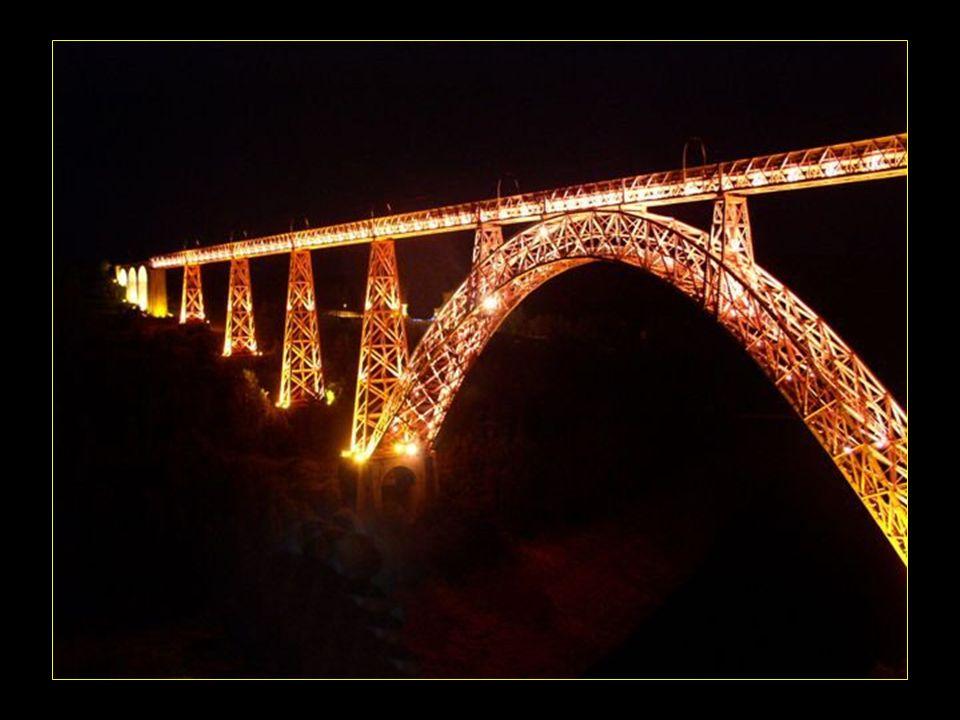 Le viaduc brille de mille feux la nuit