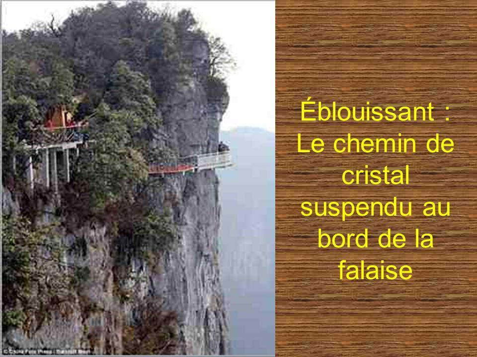 Éblouissant : Le chemin de cristal suspendu au bord de la falaise