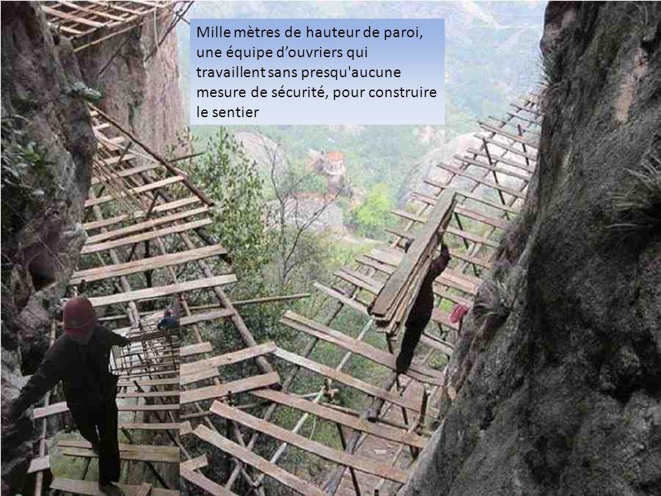 Mille mètres de hauteur de paroi, une équipe douvriers qui travaillent sans presqu'aucune mesure de sécurité, pour construire le sentier