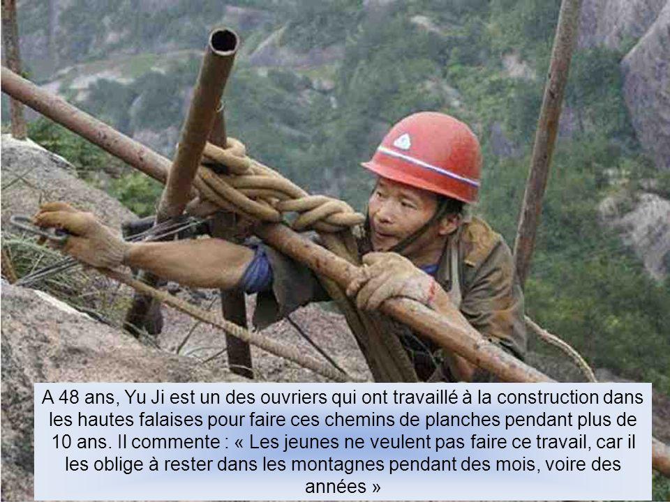 A 48 ans, Yu Ji est un des ouvriers qui ont travaillé à la construction dans les hautes falaises pour faire ces chemins de planches pendant plus de 10