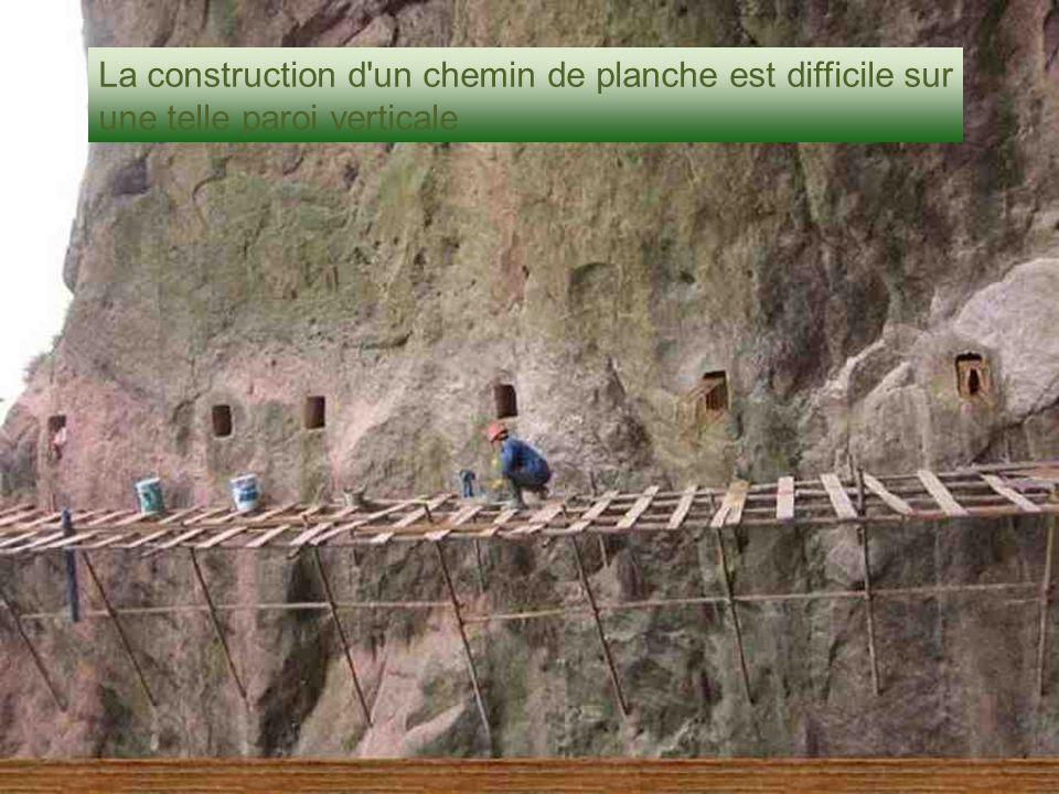 La construction d'un chemin de planche est difficile sur une telle paroi verticale