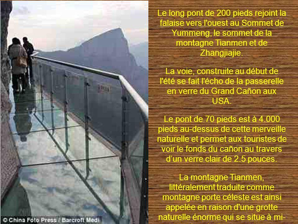Le long pont de 200 pieds rejoint la falaise vers l'ouest au Sommet de Yummeng, le sommet de la montagne Tianmen et de Zhangjiajie. La voie, construit