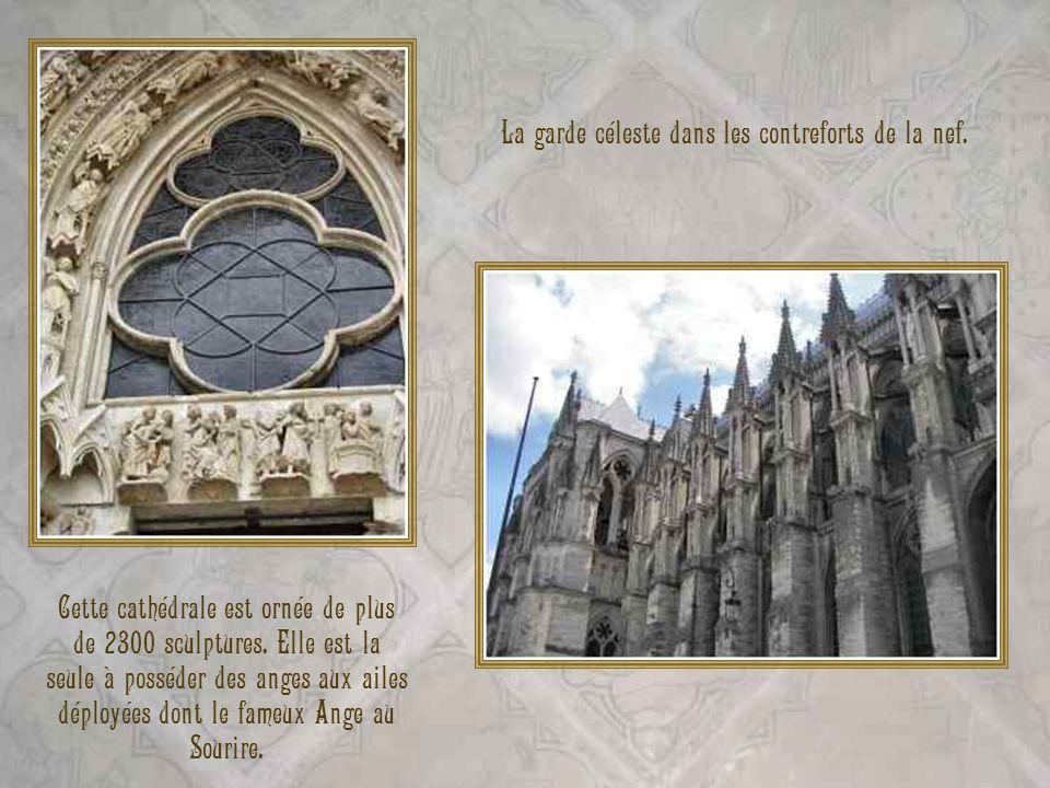 La garde céleste dans les contreforts de la nef. Cette cathédrale est ornée de plus de 2300 sculptures. Elle est la seule à posséder des anges aux ail
