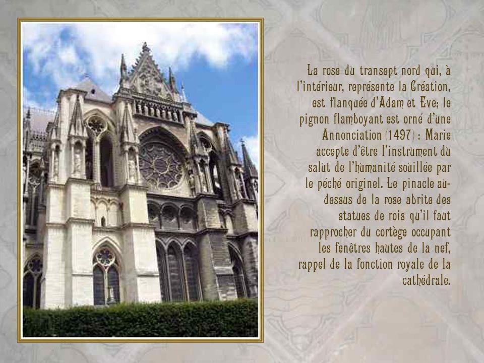 La rose du transept nord qui, à lintérieur, représente la Création, est flanquée dAdam et Eve; le pignon flamboyant est orné dune Annonciation (1497)