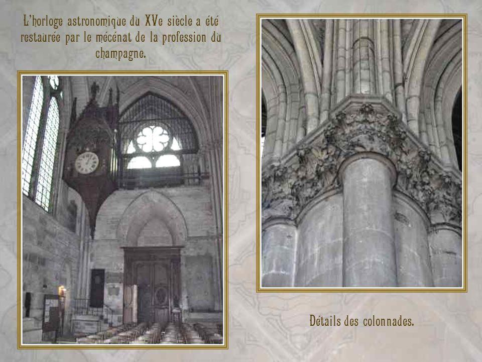 Lhorloge astronomique du XVe siècle a été restaurée par le mécénat de la profession du champagne. Détails des colonnades.