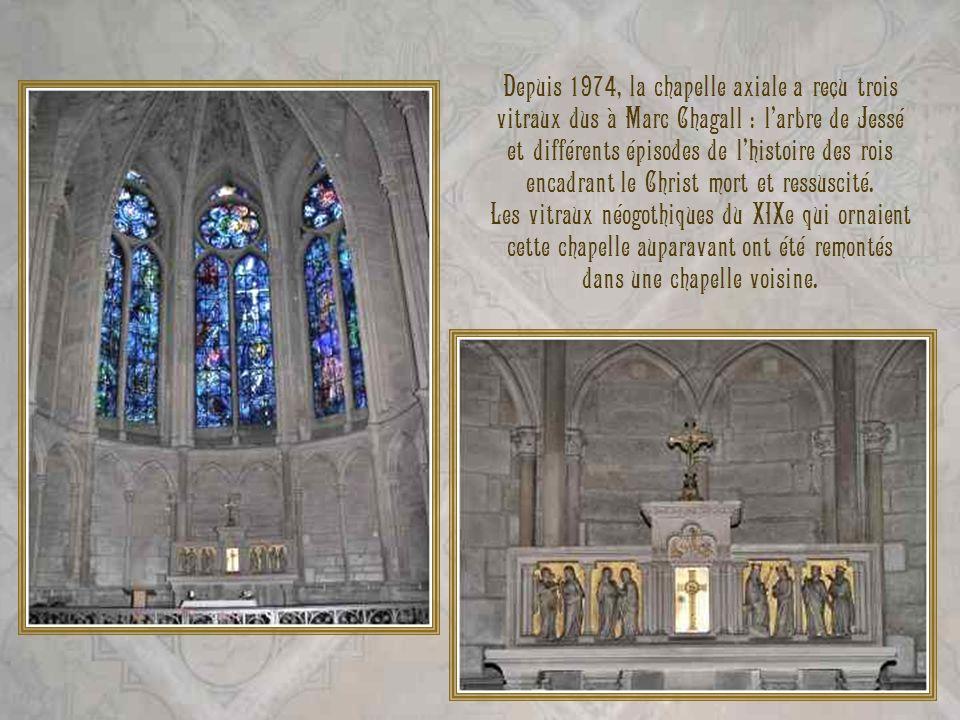Depuis 1974, la chapelle axiale a reçu trois vitraux dus à Marc Chagall : larbre de Jessé et différents épisodes de lhistoire des rois encadrant le Ch