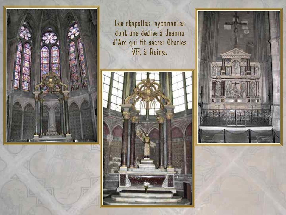 Les chapelles rayonnantes dont une dédiée à Jeanne dArc qui fit sacrer Charles VII, à Reims.