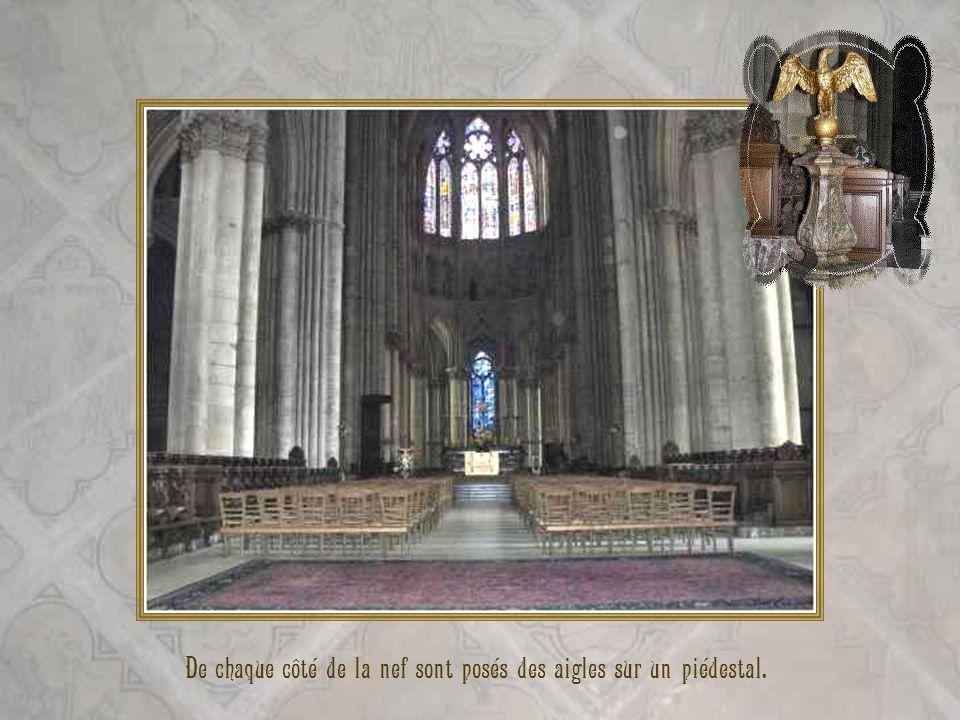 De chaque côté de la nef sont posés des aigles sur un piédestal.