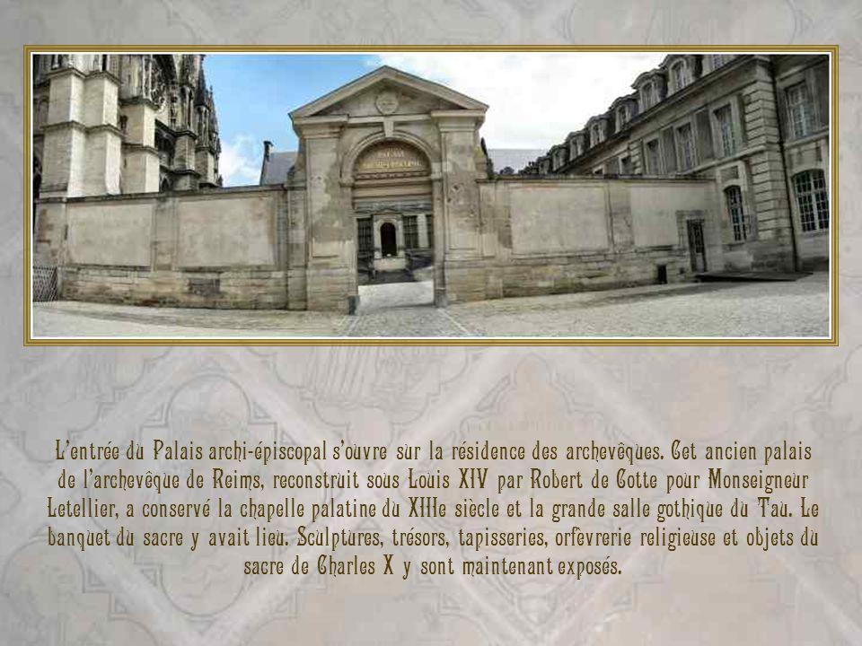 Lentrée du Palais archi-épiscopal souvre sur la résidence des archevêques. Cet ancien palais de larchevêque de Reims, reconstruit sous Louis XIV par R