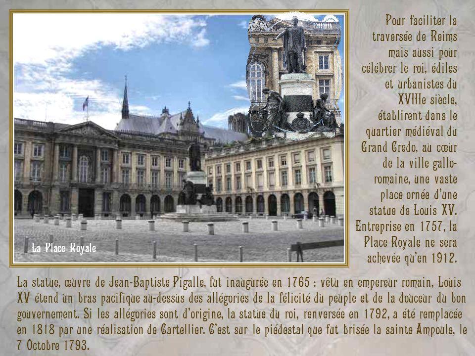 La statue, œuvre de Jean-Baptiste Pigalle, fut inaugurée en 1765 : vêtu en empereur romain, Louis XV étend un bras pacifique au-dessus des allégories
