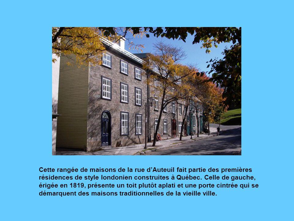 Cette maison de la rue Sainte-Anne a conservé sa porte cochère (à droite). Ce type de porte a été introduit à Québec par les Britanniques, qui tenaien