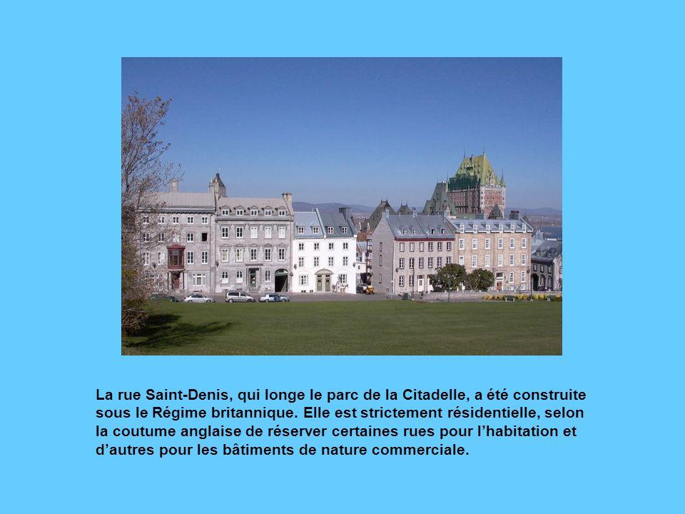 Cette rangée de maisons de la rue dAuteuil fait partie des premières résidences de style londonien construites à Québec. Celle de gauche, érigée en 18